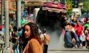Carro em alta velocidade atropela pedestres na Times Square, em Nova York