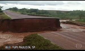 Chuva causa estragos em rodovia e atrasos em aeroportos do país