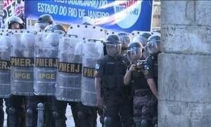 Manifestantes e PM entram em confronto em frente à Assembleia Legislativa do RJ