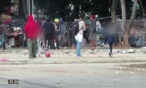 Crianças brincam entre dependentes químicos e traficantes de drogas na Cracolândia, em SP