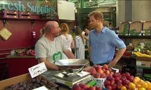 Príncipe Harry visita mercado em Londres onde um atentado matou oito pessoas