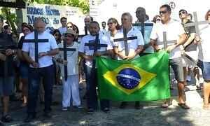 Manifestantes colocam mil cruzes em praia de Natal em protesto contra a violência