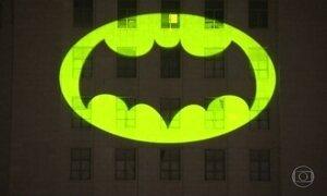 Prefeito de Los Angeles aciona bat-sinal em homenagem ao ator Adam West