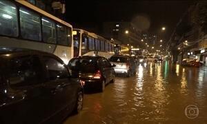 Chuva alaga ruas e complica o trânsito no Rio de Janeiro