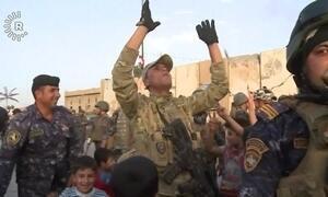Soldados do Iraque comemoram libertação da cidade de Mossul