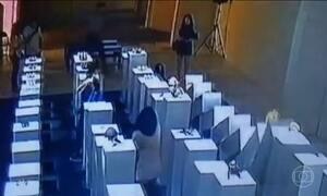 Mulher faz selfie em exposição nos EUA e causa prejuízo de R$ 600 mil