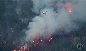 Quarenta mil pessoas tiveram que sair de casa por causa de um incêndio florestal no Canadá