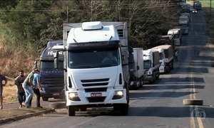Caminhoneiros protestam contra aumento de impostos sobre combustíveis