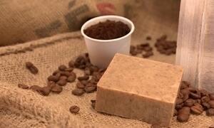 Dona de cafeteria cria sabonete esfoliante feito com borra de café