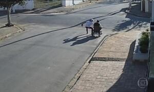Cadeirante é assaltado no meio da rua, à luz do dia, no interior de SP