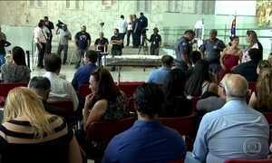 Familiares, amigos e fãs se despedem do jornalista Marcelo Rezende em SP