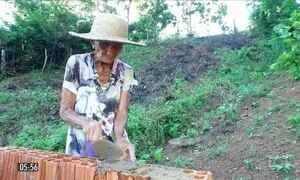 Aposentada de 97 anos usa a construção de casas para se manter ativa no MA