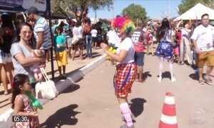 Voluntários organizam festa para tentar levar alegria às crianças em Janaúba (MG)