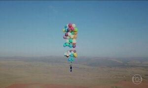 Aventureiro britânico voa sobre a África do Sul em cadeira amarrada a 100 balões