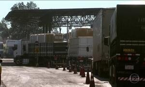 Greve dos auditores da Receita Federal deixa 2 mil caminhoneiros na fila, em Foz do Iguaçu