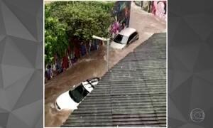 Chuva arrasta carros na Vila Madalena, em São Paulo