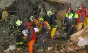 Equipes de resgate ainda fazem buscas por sobreviventes de um terremoto, em Taiwan