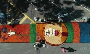 Católicos celebram Corpus Christi com tapetes gigantes, procissões e missas a céu aberto