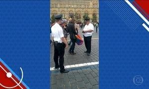 Em Moscou, polícia retira da Praça Vermelha mulher com bandeira LGBT
