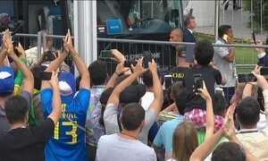 Torcedores aplaudem jogadores e Tite na saída de hotel em Kazan