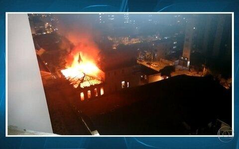 Bombeiros combatem fogo na Santa Casa de Belo Horizonte