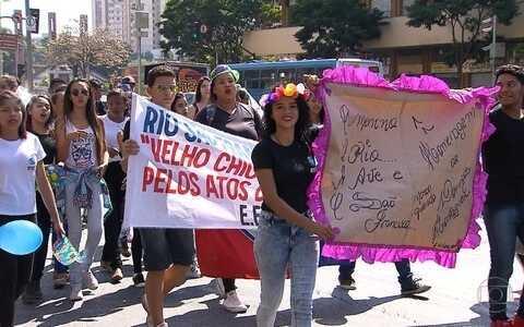 Estudantes participam de ação em defesa dos rios, em BH