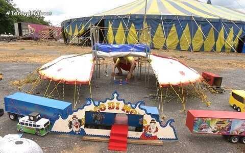 Garoto de 12 anos tem circo em miniatura