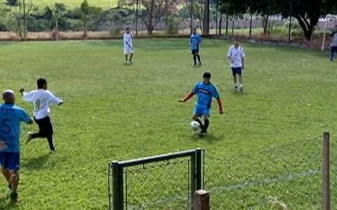 Turma se encontra há 10 anos para jogar futebol