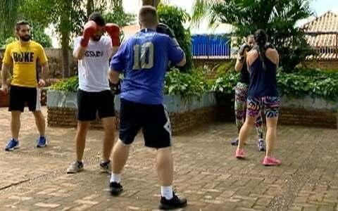Amigos se reúnem para praticar boxe ao ar livre