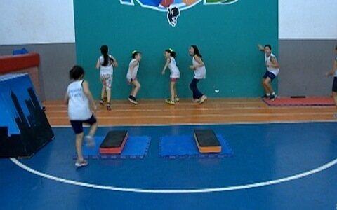 Crianças se reúnem para praticar treinamento funcional