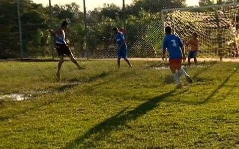 Amigos se encontram semanalmente para jogar futebol em Rinópolis