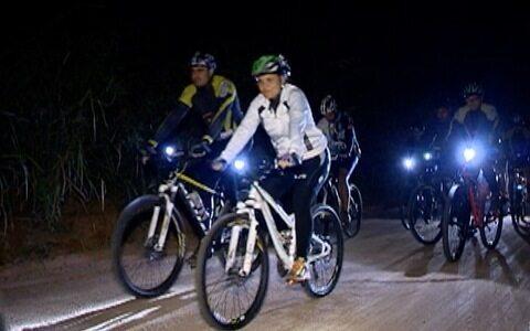 Amigos se encontram para pedalar à noite em Prudente
