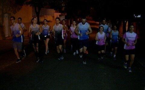 Amigos se unem para correr no período noturno