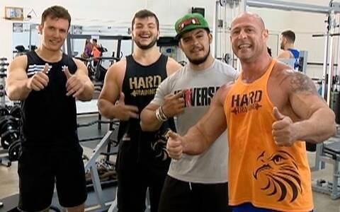 Amigos e professores de educação física se reúnem para treino pesado