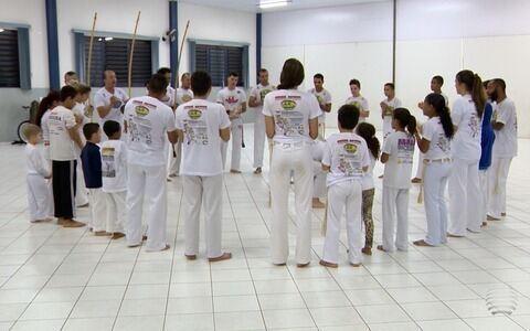 Ginga e jogo de capoeira fortalecem a amizade de grupo prudentino