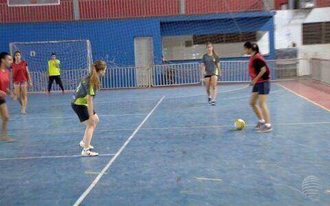 Grupo de mulheres se reúne para praticar futsal