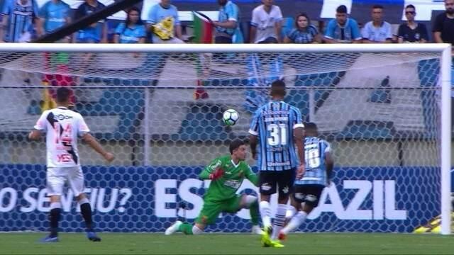 Gol do Grêmio! Matheus Henrique arrisca de longe e Martín engole o frango, aos 49' do 2ºT
