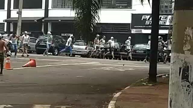 Vídeo que circula em rede social mostra briga entre torcedores de Ponte Preta e Palmeiras