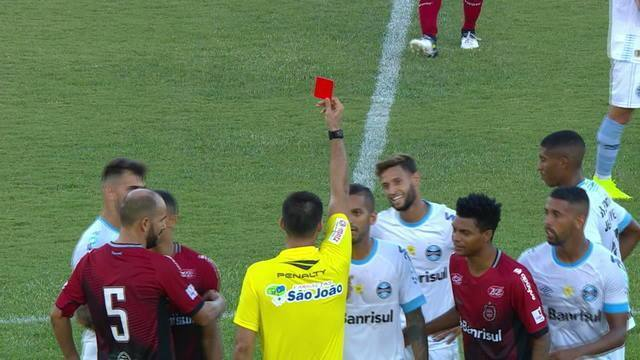 Juninho Capixaba simula falta, toma segundo amarelo e é expulso aos 34' do 2T