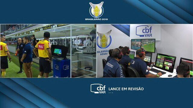 Pênalti! Fábio Santos tocou com a mão.O árbitro usa a ajuda do VAR! 46' 1ºT.