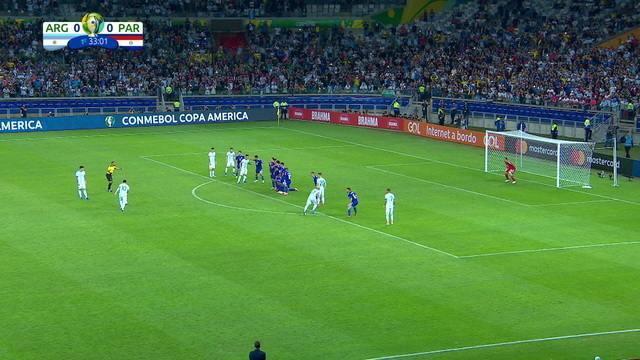 Messi cobra falta, e Gatito faz defesa tranquila, aos 33' do 1º tempo
