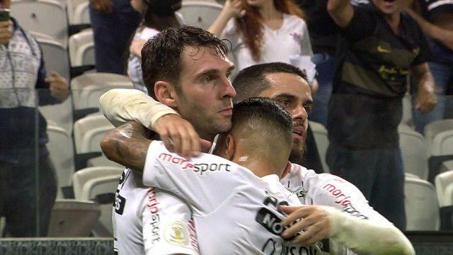 Gol do Corinthians! Boselli chuta dentro da área e marca, aos 47' do 1º tempo
