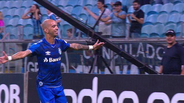 Gol do Grêmio! Everton cruza para trás e Diego Tardelli chega para abrir o placar, aos 07' do 1º tempo