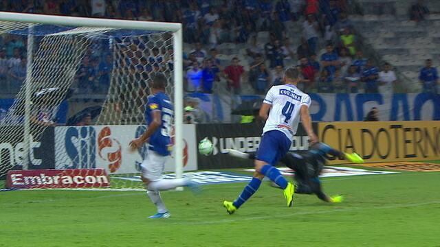 Pedro Rocha chega tabelando e dá um toquinho leve para o gol, mas ela vai para fora, aos 36' do 1ºT