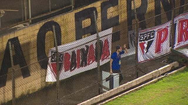 Funcionário do placar comemora gol perdido pelo São Paulo no Primeiro de Maio