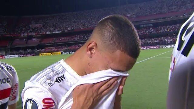 Antony se emociona no Hino Nacional antes de duelo do São Paulo contra a LDU