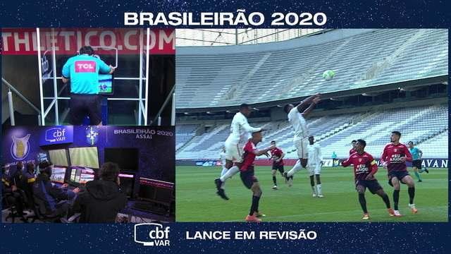 Árbitro assinala falta de Digão após ver lance no VAR e anula gol do Fluminense