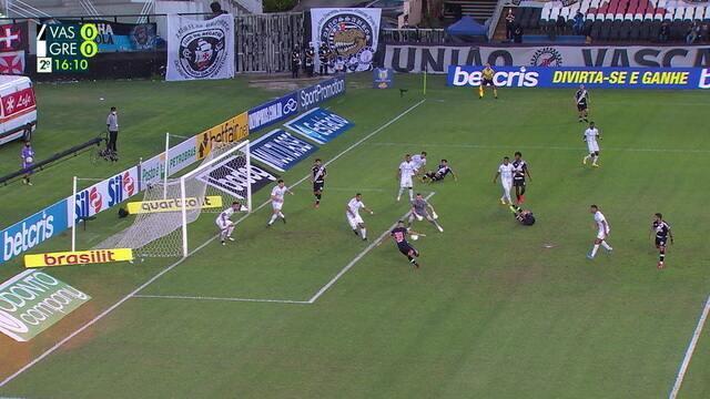 Paulo Víctor sai errado, e bola sobra para Ricardo Graça, que chuta por cima, aos 15 do 2º tempo