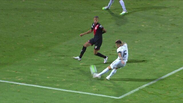 Pênalti para o Botafogo! Vitor Luiz chuta na área e a bola bate na mão de João Victor, aos 43 do 1º tempo.