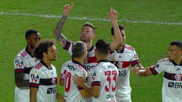 Gol do Flamengo! Após cobrança de falta, Léo Pereira cabeceia e marca, aos 2 do 2ºT